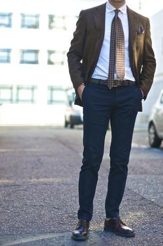 Un pantalon chino à porter avec des chaussures derby marron foncé: Marie un blazer marron foncé avec un pantalon chino pour aller au bureau. Jouez la carte classique pour les chaussures et complète cet ensemble avec une paire de des chaussures derby marron foncé.