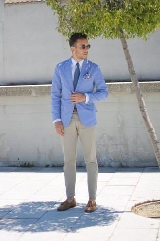 Comment porter des mocassins à pampilles en daim marron clair: Pense à marier un blazer bleu clair avec un pantalon chino beige pour prendre un verre après le travail. Complète cet ensemble avec une paire de des mocassins à pampilles en daim marron clair pour afficher ton expertise vestimentaire.