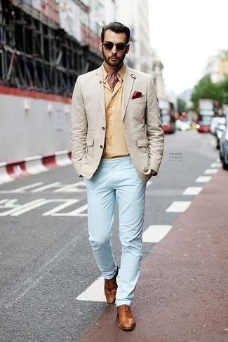 Comment porter un pantalon chino bleu clair: Essaie d'associer un blazer beige avec un pantalon chino bleu clair pour aller au bureau. Jouez la carte classique pour les chaussures et complète cet ensemble avec une paire de des chaussures brogues en cuir tabac.