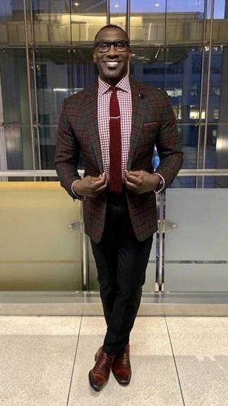 Comment porter une cravate bordeaux: Essaie d'associer un blazer écossais gris foncé avec une cravate bordeaux pour un look pointu et élégant. Une paire de des chaussures richelieu en cuir bordeaux est une option avisé pour complèter cette tenue.