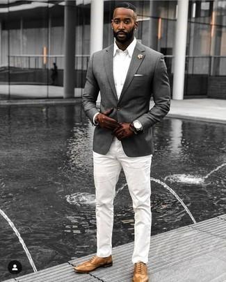 Comment porter des gants en cuir marron: Choisis un blazer gris et des gants en cuir marron pour une tenue idéale le week-end. Termine ce look avec une paire de des chaussures brogues en cuir marron clair pour afficher ton expertise vestimentaire.