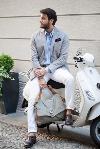 Comment porter une pochette de costume violette: Pense à marier un blazer bleu clair avec une pochette de costume violette pour une tenue idéale le week-end. Jouez la carte classique pour les chaussures et termine ce look avec une paire de des chaussures brogues en cuir pourpre foncé.