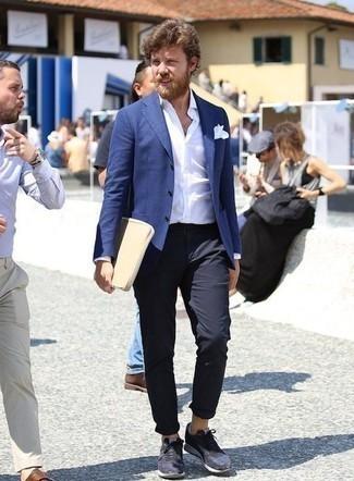 Comment porter un blazer bleu: Perfectionne le look chic et décontracté avec un blazer bleu et un pantalon chino bleu marine. Pour les chaussures, fais un choix décontracté avec une paire de des chaussures de sport bleu marine.