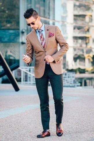 Comment porter un blazer avec une chemise de ville: Pense à marier un blazer avec une chemise de ville pour un look pointu et élégant. Une paire de des chaussures richelieu en cuir tabac est une façon simple d'améliorer ton look.