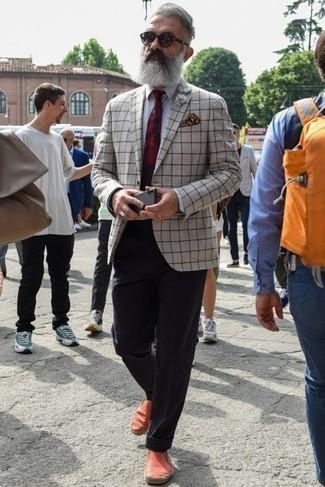 Comment porter un blazer à carreaux beige: Choisis un blazer à carreaux beige et un pantalon chino bleu marine pour aller au bureau. Tu veux y aller doucement avec les chaussures? Termine ce look avec une paire de des espadrilles en toile rouges pour la journée.