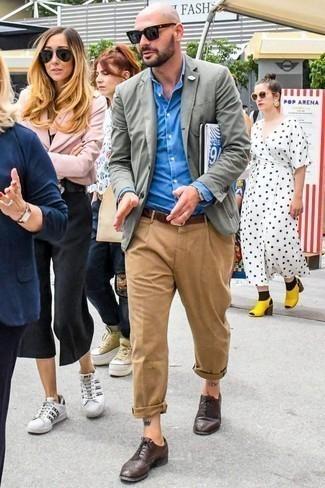 Comment porter une chemise de ville avec un blazer: Associe un blazer avec une chemise de ville pour dégager classe et sophistication. Une paire de des chaussures brogues en cuir marron foncé est une option astucieux pour complèter cette tenue.