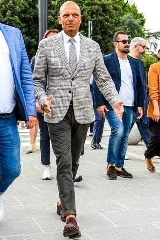 Comment porter une chemise de ville avec un blazer: Pense à associer un blazer avec une chemise de ville pour un look classique et élégant. Cet ensemble est parfait avec une paire de des chaussures derby en cuir bordeaux.