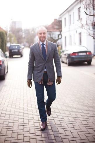 Comment porter une écharpe marron clair: Harmonise un blazer gris avec une écharpe marron clair pour une tenue relax mais stylée. Fais d'une paire de des chaussures richelieu en cuir bordeaux ton choix de souliers pour afficher ton expertise vestimentaire.
