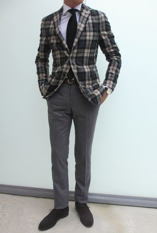 Comment porter des bottines chukka en daim marron foncé: Choisis un blazer écossais gris et un pantalon chino en laine gris pour achever un look habillé mais pas trop. Cet ensemble est parfait avec une paire de des bottines chukka en daim marron foncé.