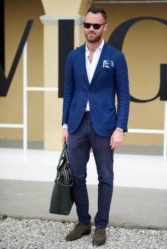 Comment porter un sac fourre-tout en cuir vert foncé: Pour une tenue aussi confortable que ton canapé, marie un blazer bleu avec un sac fourre-tout en cuir vert foncé. Fais d'une paire de des chaussures derby en daim marron foncé ton choix de souliers pour afficher ton expertise vestimentaire.