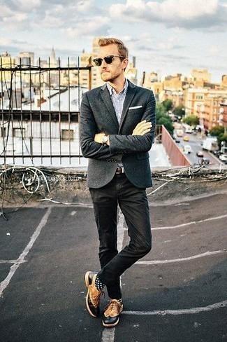 Comment porter un blazer en laine gris foncé: Harmonise un blazer en laine gris foncé avec un pantalon chino noir pour créer un look chic et décontracté. Jouez la carte classique pour les chaussures et opte pour une paire de des chaussures brogues en cuir tabac.