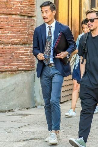 Comment porter des baskets basses en cuir blanches: Associe un blazer bleu marine avec un pantalon chino bleu pour achever un look habillé mais pas trop. Si tu veux éviter un look trop formel, termine ce look avec une paire de des baskets basses en cuir blanches.