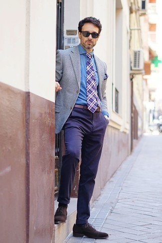 Comment porter une pochette de costume imprimée bleu marine: Pense à associer un blazer gris avec une pochette de costume imprimée bleu marine pour un look idéal le week-end. Jouez la carte classique pour les chaussures et fais d'une paire de des chaussures richelieu en daim marron foncé ton choix de souliers.
