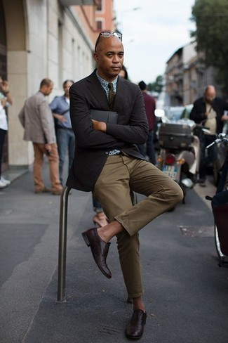 Comment porter des chaussures richelieu: Associe un blazer noir avec un pantalon chino olive pour créer un look chic et décontracté. Jouez la carte classique pour les chaussures et complète cet ensemble avec une paire de des chaussures richelieu.