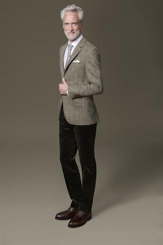 Comment s'habiller en été: Pense à opter pour un blazer gris et un pantalon chino en velours côtelé vert foncé pour prendre un verre après le travail. Une paire de des chaussures derby en cuir marron foncé est une façon simple d'améliorer ton look. Nous trouvons ce look parfait pour pour les journées estivales.