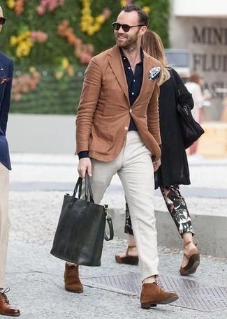 Comment porter un sac fourre-tout en cuir vert foncé: Marie un blazer marron clair avec un sac fourre-tout en cuir vert foncé pour une tenue relax mais stylée. Assortis cette tenue avec une paire de des bottines chukka en daim marron pour afficher ton expertise vestimentaire.