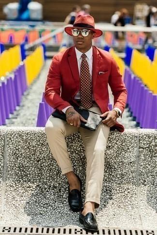 Comment porter une pochette en cuir noire: Pour une tenue aussi confortable que ton canapé, harmonise un blazer rouge avec une pochette en cuir noire. Jouez la carte classique pour les chaussures et fais d'une paire de des slippers en cuir noirs ton choix de souliers.