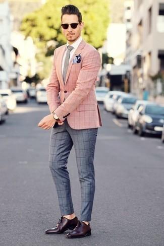 Comment porter une cravate grise: Porte un blazer à carreaux rose et une cravate grise pour un look classique et élégant. Termine ce look avec une paire de des chaussures richelieu en cuir bordeaux.