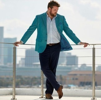 Comment porter des bottines chukka avec un pantalon chino: Essaie d'associer un blazer bleu canard avec un pantalon chino pour un look idéal au travail. Cette tenue se complète parfaitement avec une paire de des bottines chukka.