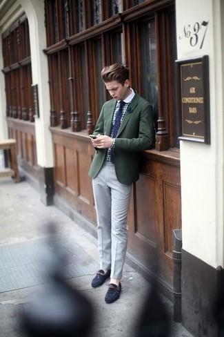 Comment porter une pochette de costume bleu marine: Harmonise un blazer vert foncé avec une pochette de costume bleu marine pour un look confortable et décontracté. Une paire de des mocassins en daim bleu marine ajoutera de l'élégance à un look simple.