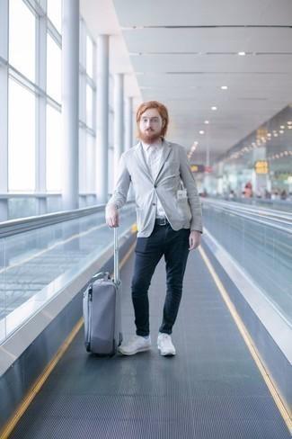 Comment porter des chaussettes bleu clair: Essaie d'associer un blazer gris avec des chaussettes bleu clair pour un look confortable et décontracté. Termine ce look avec une paire de des chaussures de sport blanches.