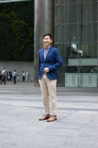 Une chemise de ville à porter avec un pantalon chino beige: Associe une chemise de ville avec un pantalon chino beige pour aller au bureau. D'une humeur audacieuse? Complète ta tenue avec une paire de des chaussures richelieu en cuir marron clair.
