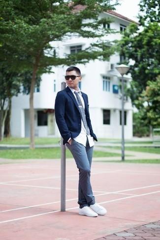 Comment porter des lunettes de soleil marron foncé: Choisis un blazer bleu marine et des lunettes de soleil marron foncé pour un look confortable et décontracté. Jouez la carte classique pour les chaussures et complète cet ensemble avec une paire de des baskets basses en toile blanches.