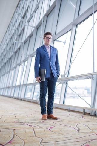 Comment porter des slippers en cuir marron clair: Associe un blazer bleu avec un pantalon chino bleu marine pour prendre un verre après le travail. Jouez la carte classique pour les chaussures et assortis cette tenue avec une paire de des slippers en cuir marron clair.