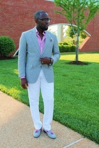 Tendances mode hommes: Harmonise un blazer bleu clair avec un pantalon chino blanc pour un look idéal au travail. Termine ce look avec une paire de des mocassins à pampilles en daim bleu clair pour afficher ton expertise vestimentaire.