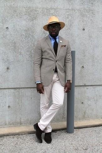 Tendances mode hommes: Pense à associer un blazer à carreaux beige avec un pantalon chino blanc pour prendre un verre après le travail. Cette tenue est parfait avec une paire de des bottines chukka en daim marron foncé.