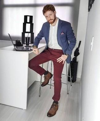 Comment porter une pochette de costume bordeaux: Pense à porter un blazer bleu marine et une pochette de costume bordeaux pour une tenue relax mais stylée. Transforme-toi en bête de mode et fais d'une paire de des bottines chukka en cuir marron ton choix de souliers.