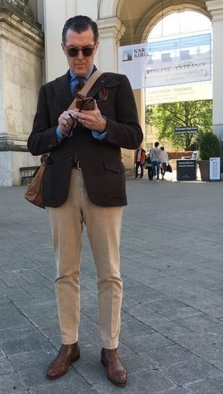 Comment porter une pochette de costume imprimée marron foncé: Essaie d'harmoniser un blazer en laine marron foncé avec une pochette de costume imprimée marron foncé pour un look confortable et décontracté. Apportez une touche d'élégance à votre tenue avec une paire de des bottines chelsea en cuir marron.