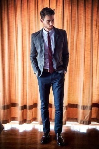 Comment porter une chemise de ville violet clair: Pense à opter pour une chemise de ville violet clair et un pantalon chino bleu marine pour achever un look habillé mais pas trop. Une paire de des chaussures richelieu en cuir bordeaux rendra élégant même le plus décontracté des looks.
