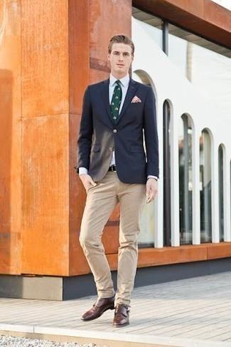 Comment porter un pantalon chino marron clair: Pense à porter un blazer bleu marine et un pantalon chino marron clair pour achever un look habillé mais pas trop. D'une humeur audacieuse? Complète ta tenue avec une paire de des double monks en cuir marron.