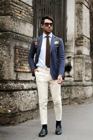 Comment porter une cravate marron à 30 ans: Pense à marier un blazer bleu marine avec une cravate marron pour un look pointu et élégant. Une paire de des mocassins à pampilles en cuir vert foncé est une option astucieux pour complèter cette tenue.
