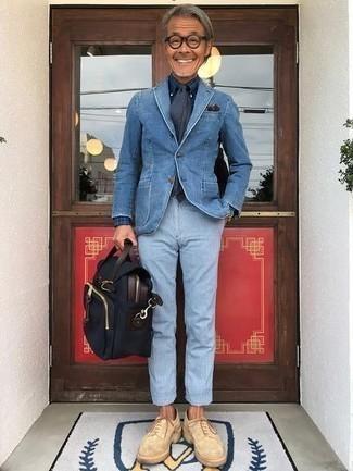 Comment porter une cravate bleu marine pour un style chic decontractés: Pense à associer un blazer en denim bleu avec une cravate bleu marine pour un look classique et élégant. Tu veux y aller doucement avec les chaussures? Choisis une paire de des chaussures brogues en daim beiges pour la journée.