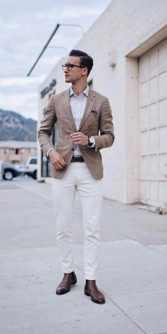 Comment porter une chemise de ville à rayures verticales blanche: Marie une chemise de ville à rayures verticales blanche avec un pantalon chino blanc pour un look idéal au travail. Complète cet ensemble avec une paire de des bottines chelsea en cuir marron pour afficher ton expertise vestimentaire.