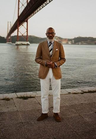 Comment porter une chemise de ville à rayures verticales blanc et bleu: Pense à marier une chemise de ville à rayures verticales blanc et bleu avec un pantalon chino blanc pour achever un look habillé mais pas trop. Assortis ce look avec une paire de des bottines chukka en daim marron.