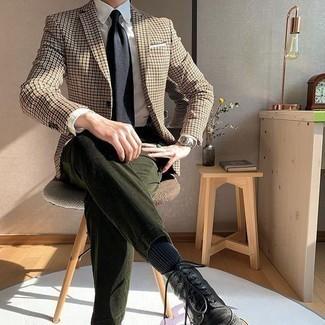 Comment porter une cravate noire: Choisis un blazer en pied-de-poule marron clair et une cravate noire pour un look pointu et élégant. Pour les chaussures, fais un choix décontracté avec une paire de des bottes brogue en cuir noires.