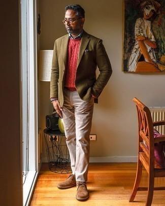 Tendances mode hommes: Pense à marier un blazer en laine olive avec un pantalon chino beige pour créer un look chic et décontracté. Une paire de des bottines chukka en daim marron est une option astucieux pour complèter cette tenue.