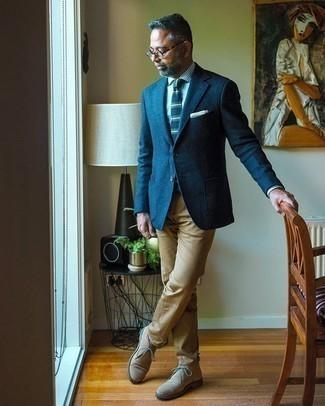 Comment porter des bottines chukka en daim beiges: Pense à associer un blazer en laine bleu marine avec un pantalon chino marron clair si tu recherches un look stylé et soigné. Termine ce look avec une paire de des bottines chukka en daim beiges.