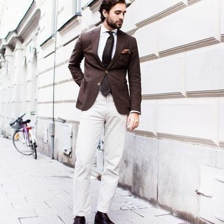 Tendances mode hommes: Essaie d'harmoniser un blazer marron avec un pantalon chino blanc pour aller au bureau. D'une humeur créatrice? Assortis ta tenue avec une paire de chaussures richelieu en cuir bordeaux.