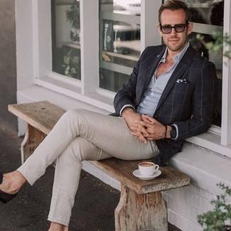 Comment porter une chemise de ville bleu clair: Harmonise une chemise de ville bleu clair avec un pantalon chino beige si tu recherches un look stylé et soigné. Jouez la carte classique pour les chaussures et assortis cette tenue avec une paire de slippers en daim marron foncé.