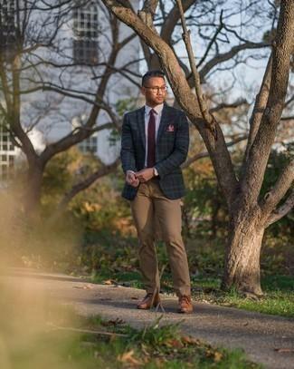 Comment porter un pantalon chino marron clair: Pense à opter pour un blazer écossais bleu marine et vert et un pantalon chino marron clair pour prendre un verre après le travail. Une paire de bottines chukka en cuir tabac est une option parfait pour complèter cette tenue.