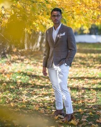 Comment porter un blazer en laine écossais marron: Pense à porter un blazer en laine écossais marron et un pantalon chino blanc pour prendre un verre après le travail. Une paire de bottines chukka en cuir marron s'intégrera de manière fluide à une grande variété de tenues.