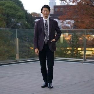 Comment porter un pantalon chino noir: Associe un blazer violet avec un pantalon chino noir pour créer un look chic et décontracté. Une paire de bottines chelsea en cuir noires rendra élégant même le plus décontracté des looks.