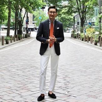 Comment porter une pochette de costume blanche: Pense à associer un blazer bleu marine avec une pochette de costume blanche pour un look confortable et décontracté. D'une humeur audacieuse? Complète ta tenue avec une paire de mocassins à pampilles en daim noirs.