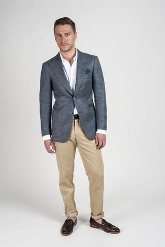 Comment porter: blazer gris foncé, chemise de ville blanche, pantalon chino marron clair, mocassins à pampilles en cuir marron