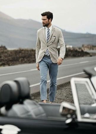 Comment porter: blazer marron clair, chemise de ville blanche, pantalon chino gris, cravate à rayures verticales grise