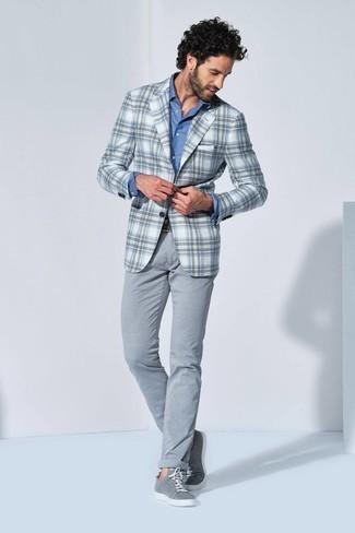 Comment porter un blazer écossais blanc et marron: Pense à porter un blazer écossais blanc et marron et un pantalon chino gris pour achever un look habillé mais pas trop. Si tu veux éviter un look trop formel, choisis une paire de baskets basses en toile grises.